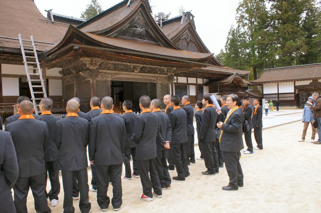総本山金剛峯寺で岡本彌久校長先生の説明を聞く新入生